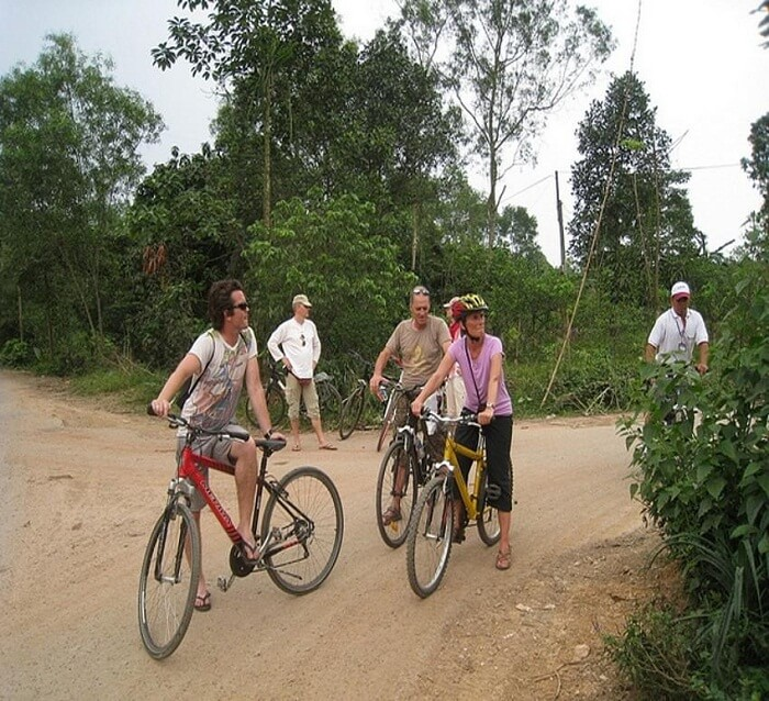 Cycling Thuy Bieu village