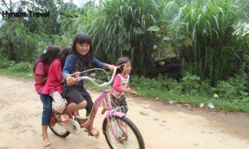 Children playing in Hang Kia